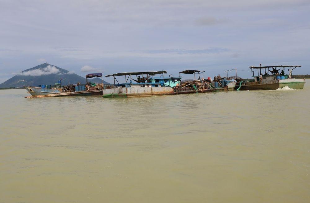 Bắt giữ 4 tàu bơm hút cát trái phép trong lòng hồ Dầu Tiếng
